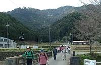 金蔵山をバックに下山.jpg